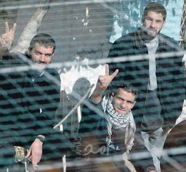 مركز فلسطين: (13) أسيراً أمضوا أكثر من 3 عقود في سجون الاحتلال