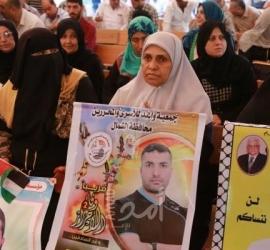 الخليل: أهالي الأسرى يشاركون في وقفة اسناد للأسرى المضربين عن الطعام
