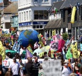 """مظاهرات حاشدة أمام مركز الإعلام لقمة """"G7"""" في إنجلترا"""