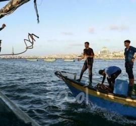 موقع عبري: صيادو غزة يكافحون من أجل الصيد في ظل الحصار الإسرائيلي