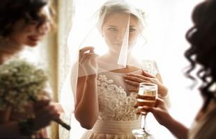 سيدة تغادر حفل زفاف ابنتها بعد رؤية فستانها