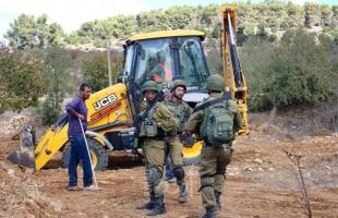 قوات الاحتلال تمنع شق طريق في قرية زواتا بنابلس وتستولي على جرافة