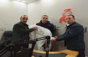 وزارة الإعلام توزع بدلات ومعدات وقائية على الإذاعات المحلية في الخليل