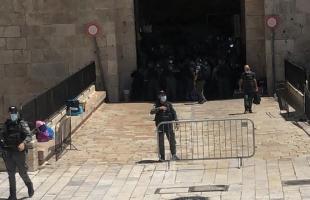 القدس: شرطة الاحتلال تعيد نصب حواجز حديدية في ساحة باب العامود