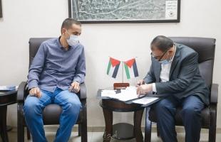 بلدية قلقيلية توقع اتفاقية تنفيذ مشروع تأهيل طرق داخلية في المدينة