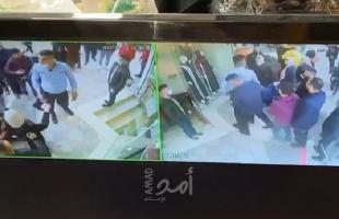شاهد - شرطي يعتدي على مواطن في رام الله
