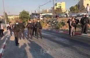 """شرطة الاحتلال تعتدي على أهالي """"الشيخ جراح"""" وتمنع سكانه من الدخول والخروج منه- فيديو وصور"""