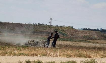 مراسلتنا: شبان يقومون بقص السياج الفاصل شرق خانيونس