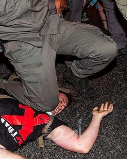 """شاهد .. شرطة الإحتلال تقمع المحتجين ضد نتنياهو على غرار """"جورج فلويد"""""""