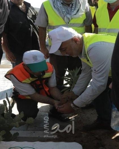 بلدية غزة وحركة فتح تنظمان حملة لتنظيف مقبرة الشيخ رضوان